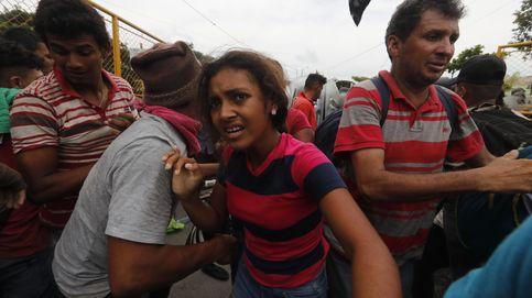Miles de migrantes rompen la valla entre Guatemala y México y se enfrentan con la Policía