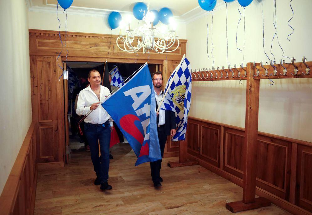 Foto: Seguidores de AfD caminan con banderas mientras esperan los resultados de las elecciones de Baviera, en Dingolfing. (Reuters)