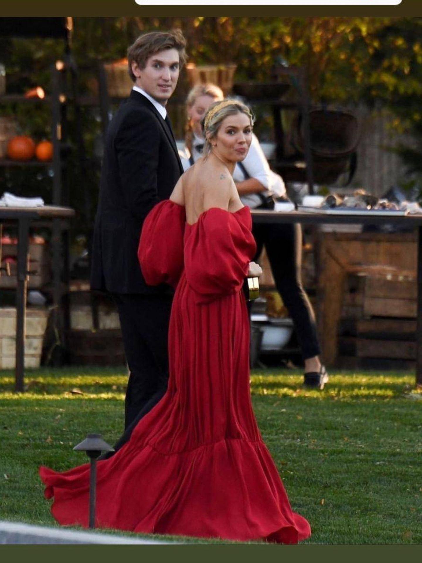 Sienna Miller impresionante de rojo (Instagram)