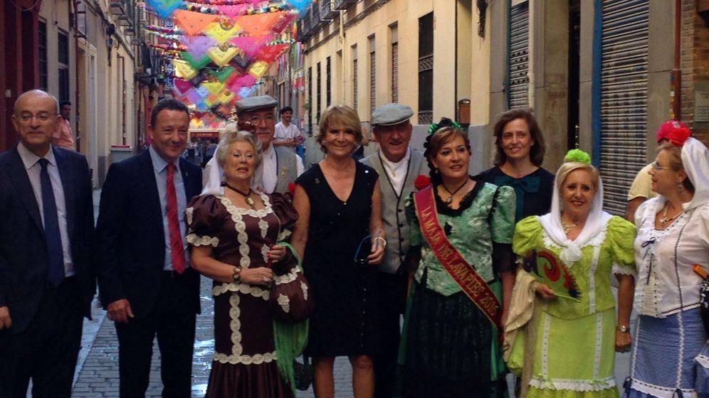 Foto: Esperanza Aguirre posa con la Asociación Los Castizos en las Fiestas de San Cayetano