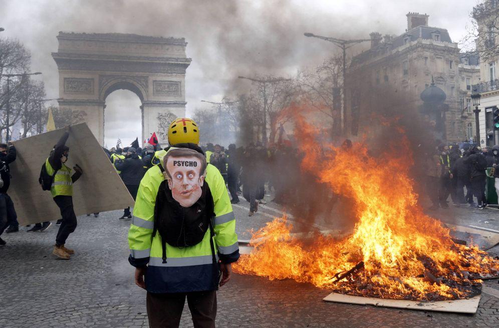 Foto: Un manifestante ante una barricada en llamas durante las protestas de los chalecos en París. (Reuters)