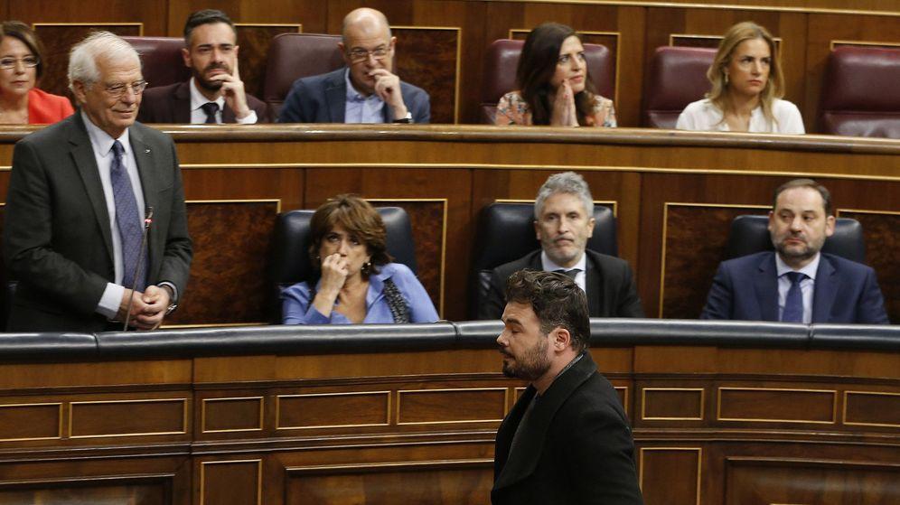 Foto: El diputado de ERC Gabriel Rufián, saliendo del hemiciclo ante la mirada de Josep Borrell. (EFE)