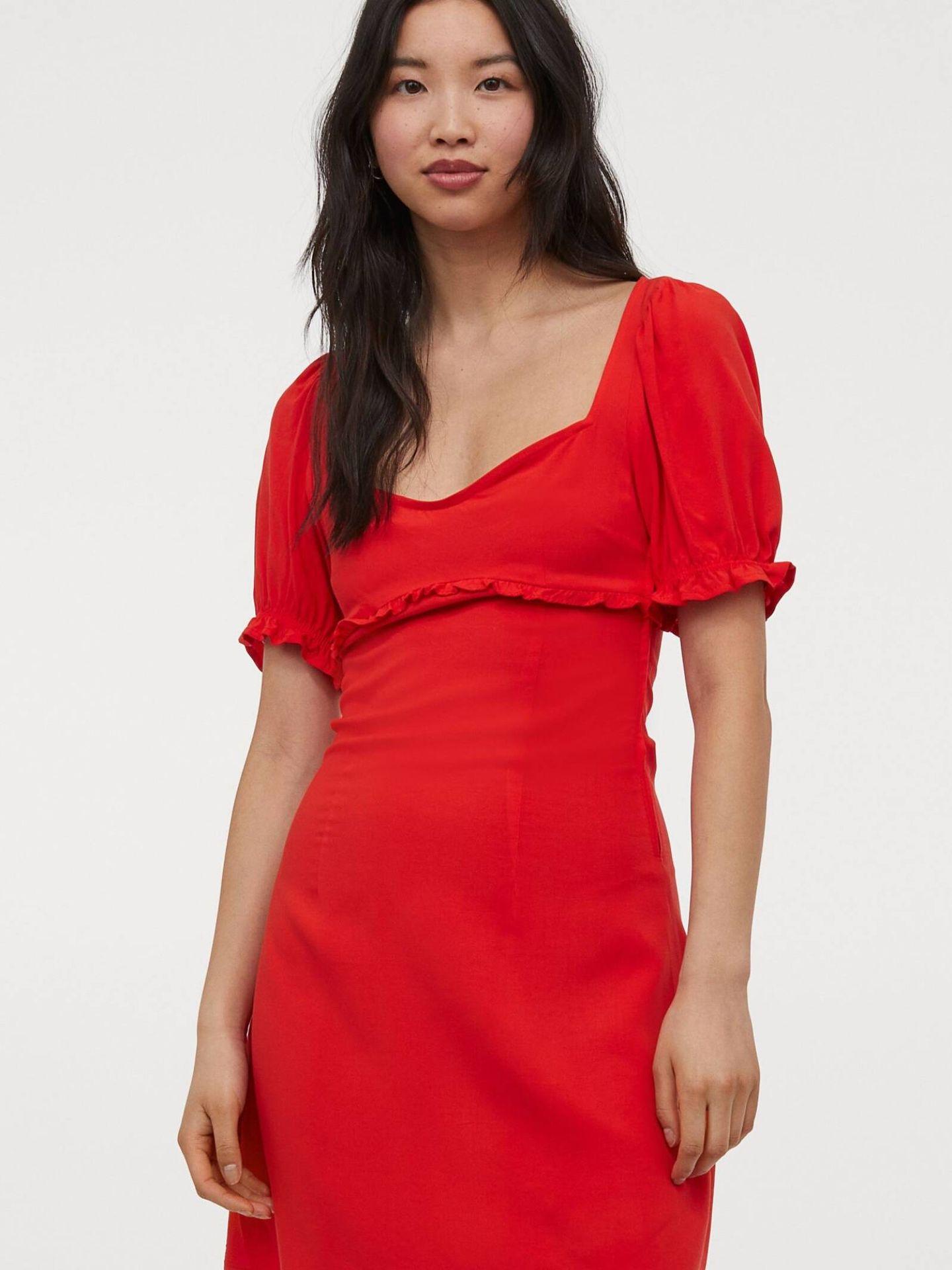 Vestido rojo de HyM con volumen en las mangas. (Cortesía)