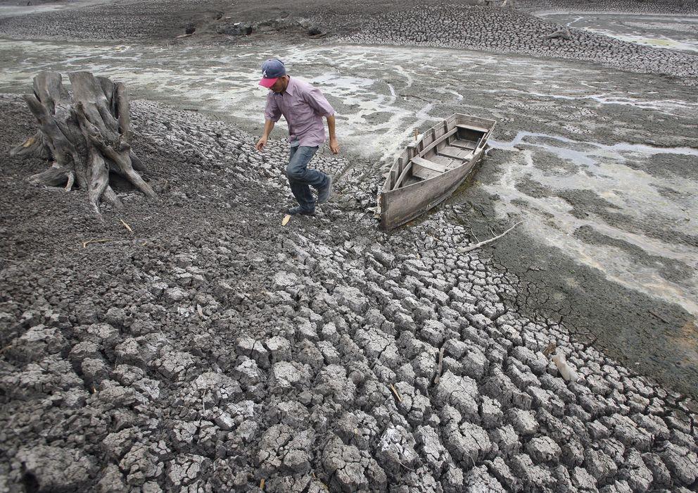Foto: Un hombre camina junto a su barca en el lago Las Canoas, a 59 kilómetros de Managua, en plena sequía causada por El Niño en 2010 (Reuters/Archivo).