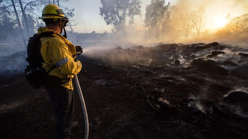 Foto: Un bombero, luchando contra el fuego en California. Foto: EFE EPA ETIENNE LAURENT