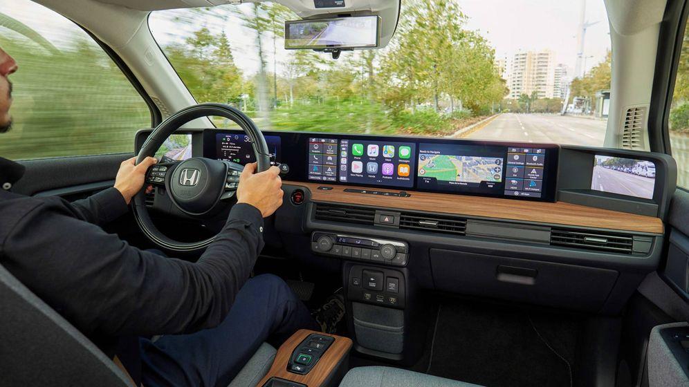 Foto: Un puesto de conducción único en el Honda e con cinco pantallas incluyendo las de los retrovisores