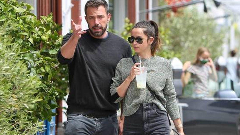 Ana de Armas y Ben Affleck, paseando por Los Ángeles. (CP)