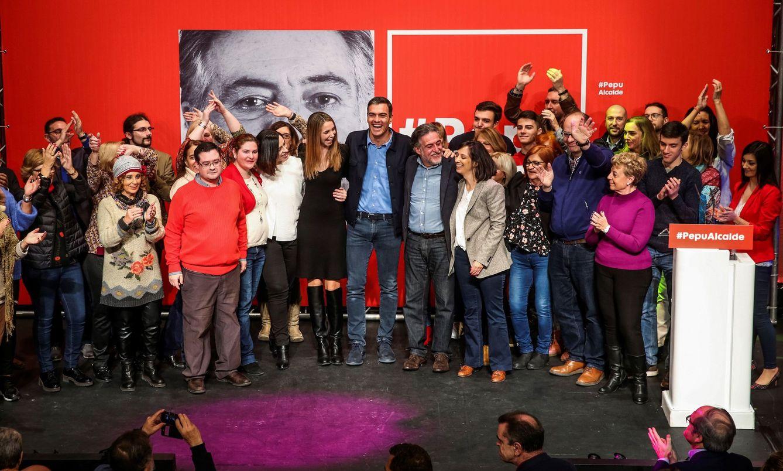 Foto: Pedro Sánchez y Pepu Hernández, este 3 de febrero en La Latina. Con ambos, Mara Rabadán (de blanco), Mar Espinar (vestido negro), Mercedes González (chaqueta gris) y Ramón Silva (gafas). (EFE)