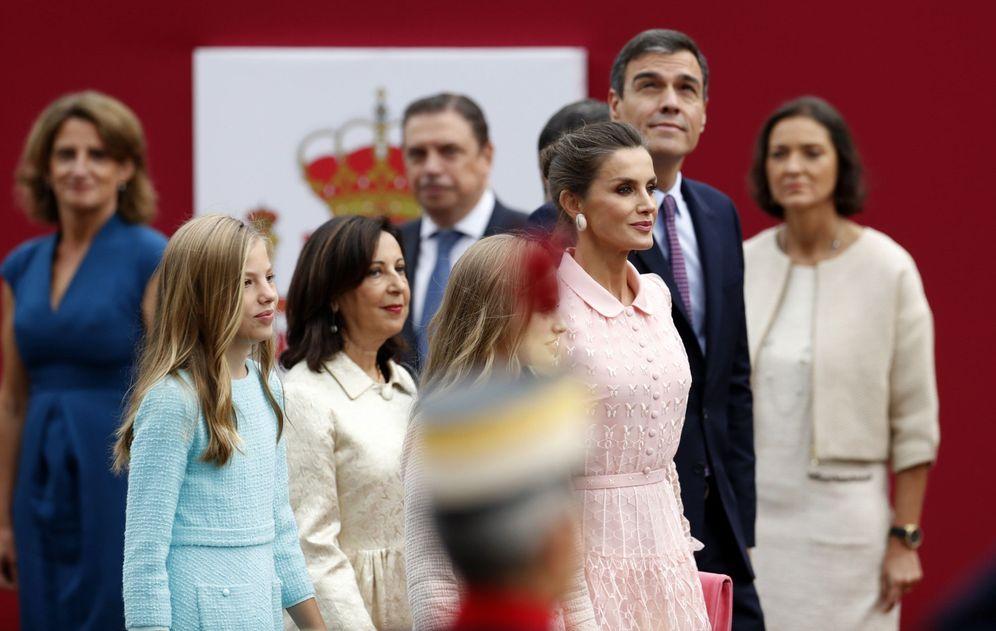 Foto: Pedro Sánchez, con la Reina y sus hijas y los ministros Margarita Robles, Reyes Maroto, Luis Planas y Teresa Ribera, este 12-O. (EFE)