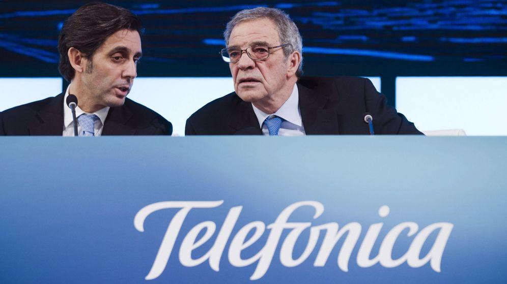 Foto: Fotografía de archivo del expresidente de Telefónica, César Alierta (d), que dejó su puesto al frente de la operadora al consejero delegado, José María Álvarez-Pallete López. (EFE)