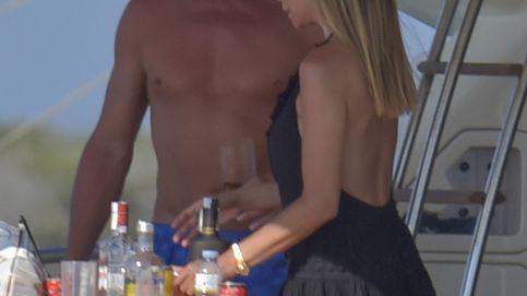 Escassi y Lara Dibildos, juntos (pero no revueltos) en un yate por aguas de Ibiza