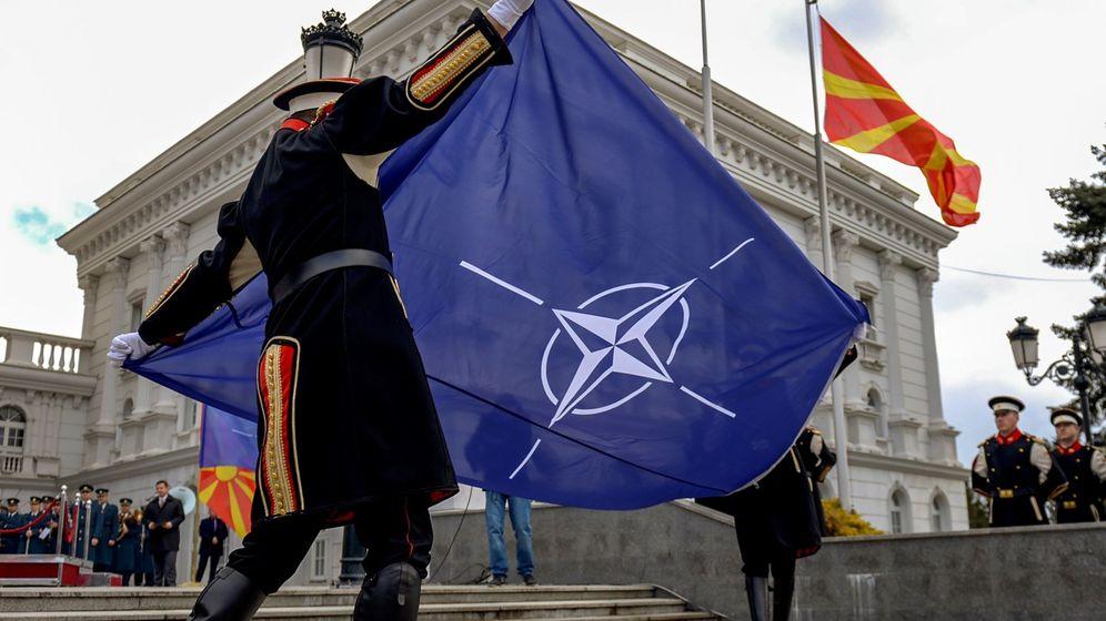 Foto: Miembros de la Guardia de Honor participan en la ceremonia de izado de la bandera de la OTAN, en Skopje. (EFE)