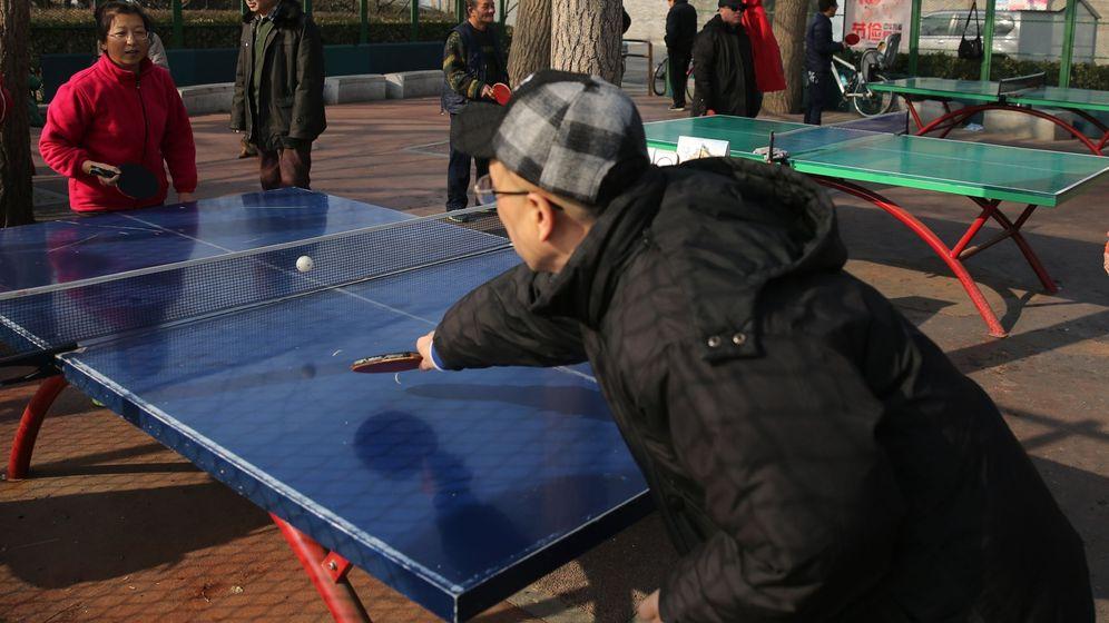 Foto: Unos ancianos jugando al ping-pong. Foto: EFE EPA WU HONG