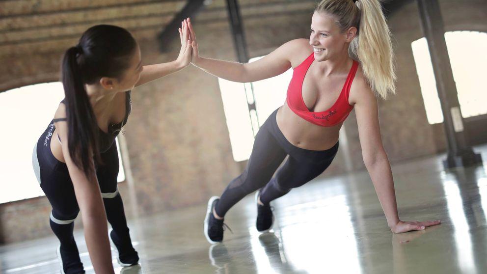 Tres ejercicios fáciles que puedes hacer en casa para mantenerte en forma durante la cuarentena