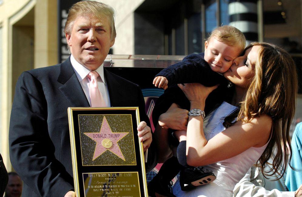 Foto: Trump muestra una réplica de su estrella en el Paseo de la Fama de Hollywood junto a su mujer Melania y su hijo Barron (Chris Pizzello/REUTERS)