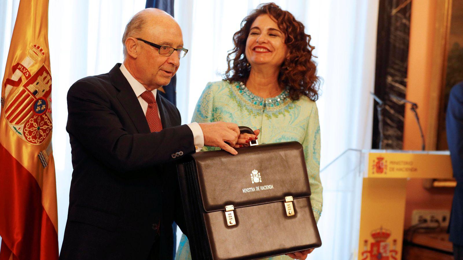 Foto: Montoro entrega la cartera de Hacienda a la nueva ministra, María Jesús Montero. (Reuters)