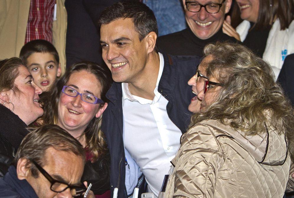 Foto: Pedro Sánchez saluda a un grupo de militantes durante el acto en Almonte, Huelva, de este 24 de noviembre. (EFE)