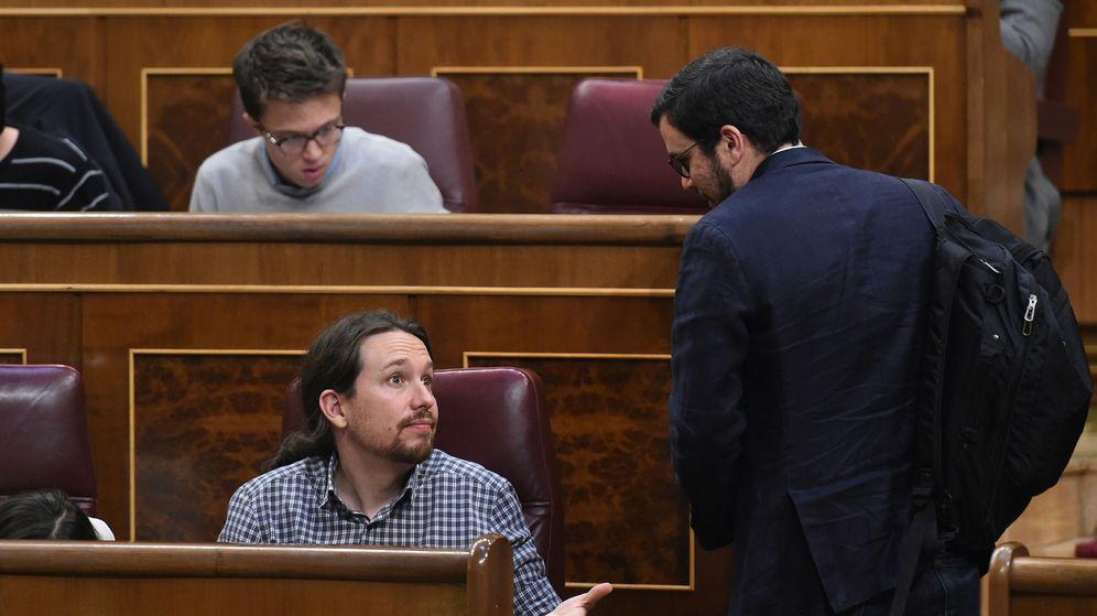 Foto: El secretario general de Podemos, Pablo Iglesias (i), conversa con el líder de IU, Alberto Garzón (d). (EFE)