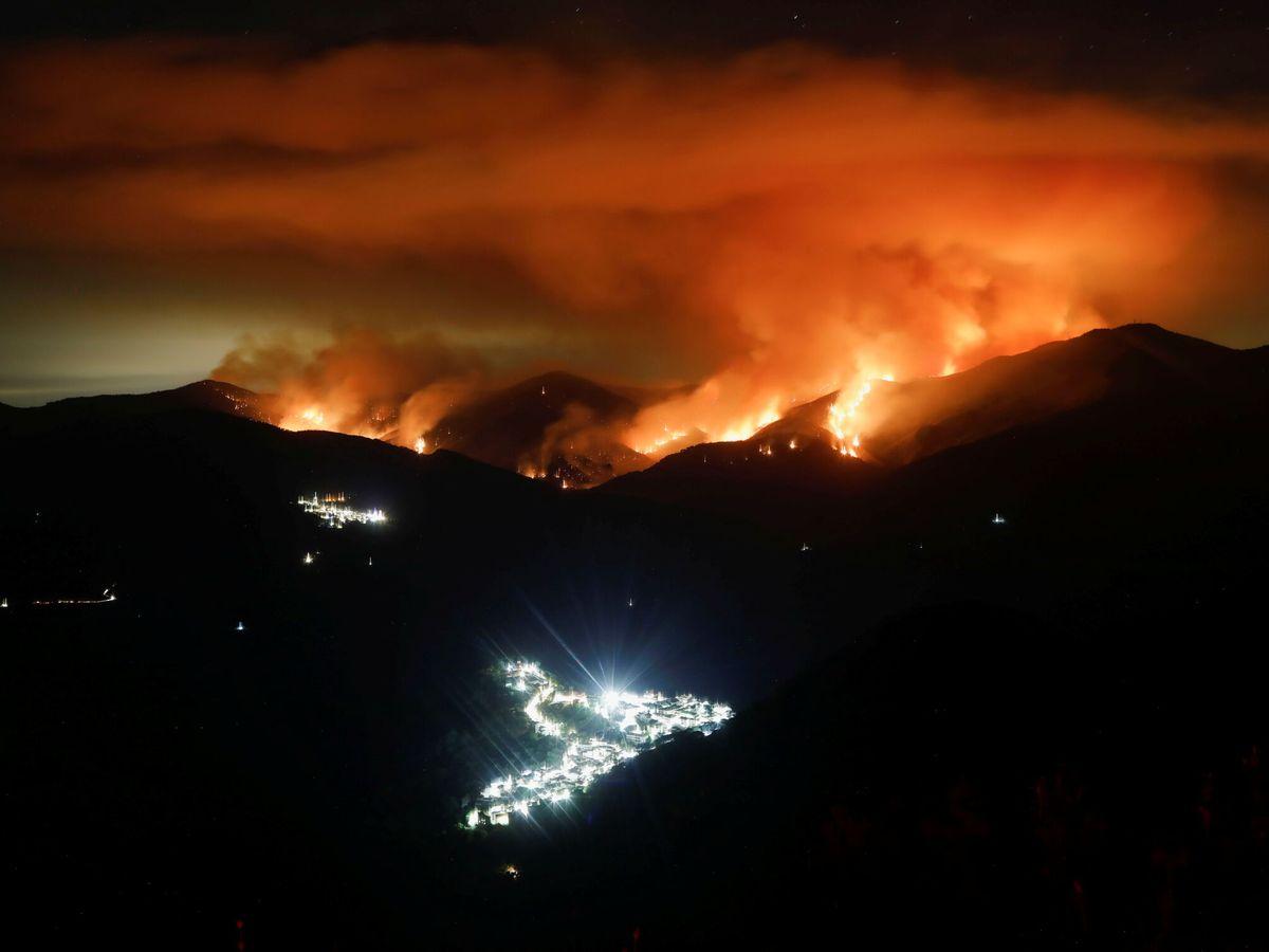Foto: Imagen nocturna del incendio con 90 kilómetros que arrasa Sierra Bermeja. (Reuters)