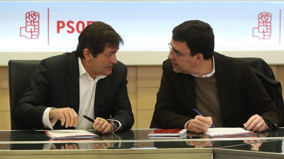 Foto: El presidente de la comisión gestora del PSOE, Javier Fernández, y el portavoz, Mario Jiménez. (EFE)