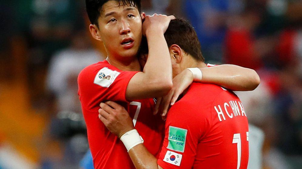 Foto: Heung-Min Son abraza a un compañero tras la derrota ante México. (REUTERS)