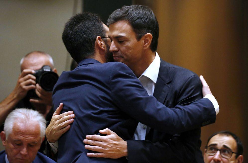 Foto: Pedro Sánchez se abraza a Antonio Hernando, exportavoz parlamentario, antes de su primera intervención ante el grupo tras ser reelegido líder del PSOE. (EFE)