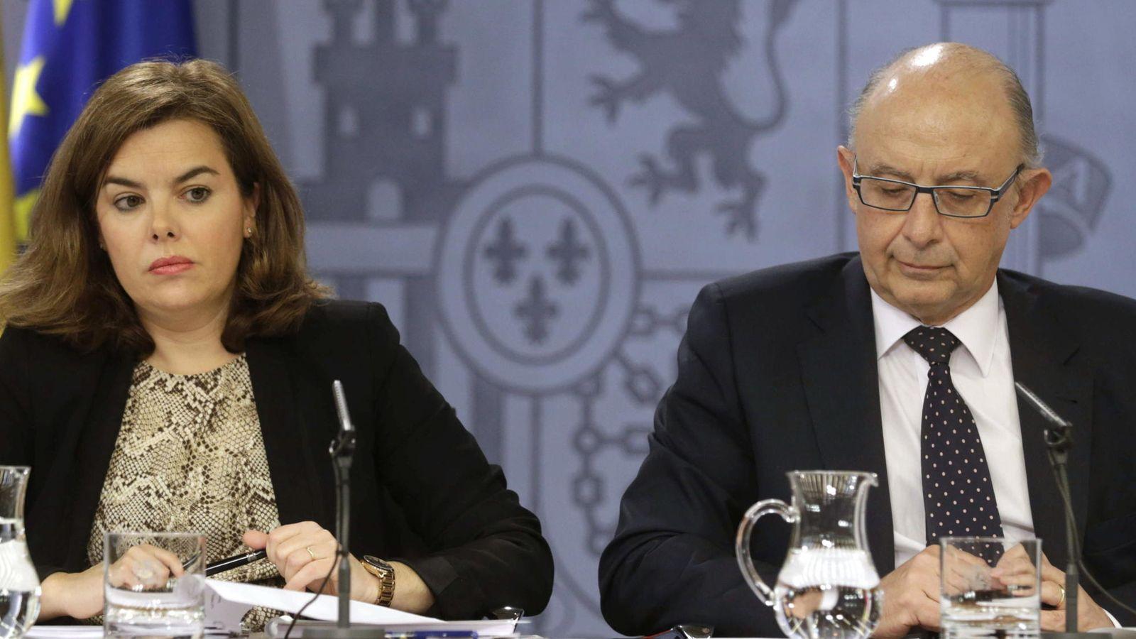 Foto: El ministro de Hacienda, Cristóbal Montoro, junto a la vicepresidenta del Gobierno, Soraya Sáenz de Santamaría en una imagen de archivo (EFE)