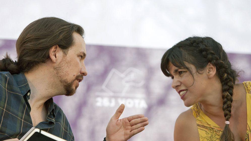 Foto: El líder de Podemos, Pablo Iglesias (i), y la coordinadora en Andalucía, Teresa Rodríguez, durante un acto electoral. (EFE)