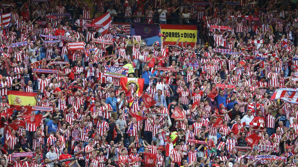 Foto: Aficionados del Atlético en San Siro (Reuters)