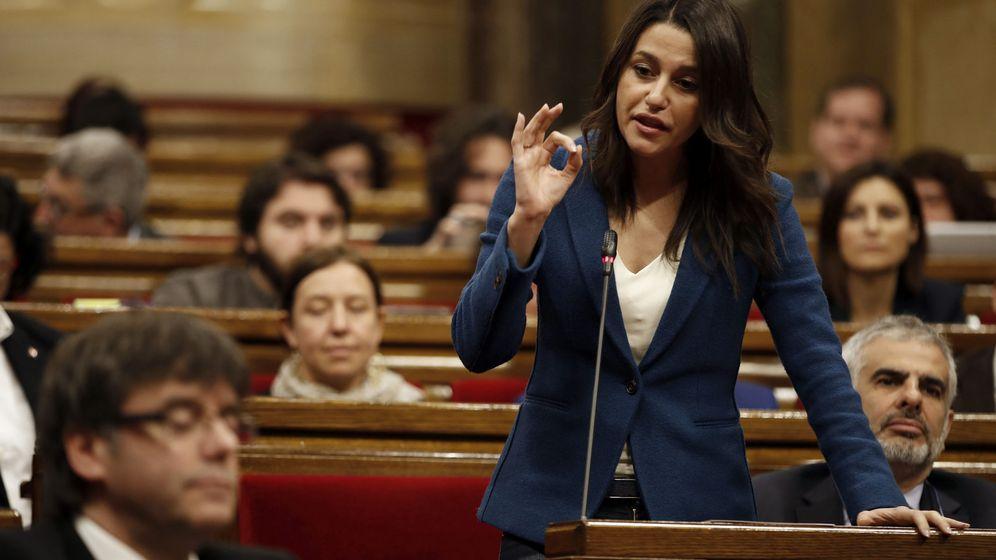 Foto: La líder de Ciutadans, Inés Arrimadas, interpela al expresidente de la Generalitat, Carles Puigdemont, en un pleno. (EFE)