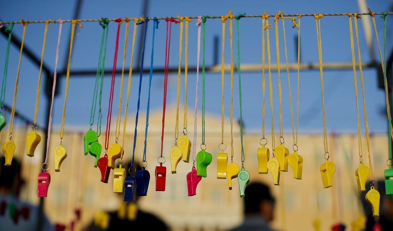 Foto: Silbatos a la venta cuelgan de una cuerda durante una manifestación en apoyo del Gobierno de Syriza celebrada en Atenas el 17 de junio de 2015 (Reuters).