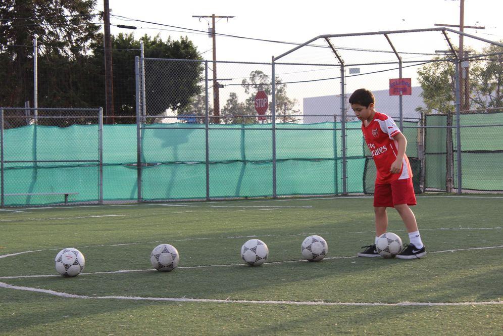 Foto: Un niño entrena en un campo de fútbol. (EFE)