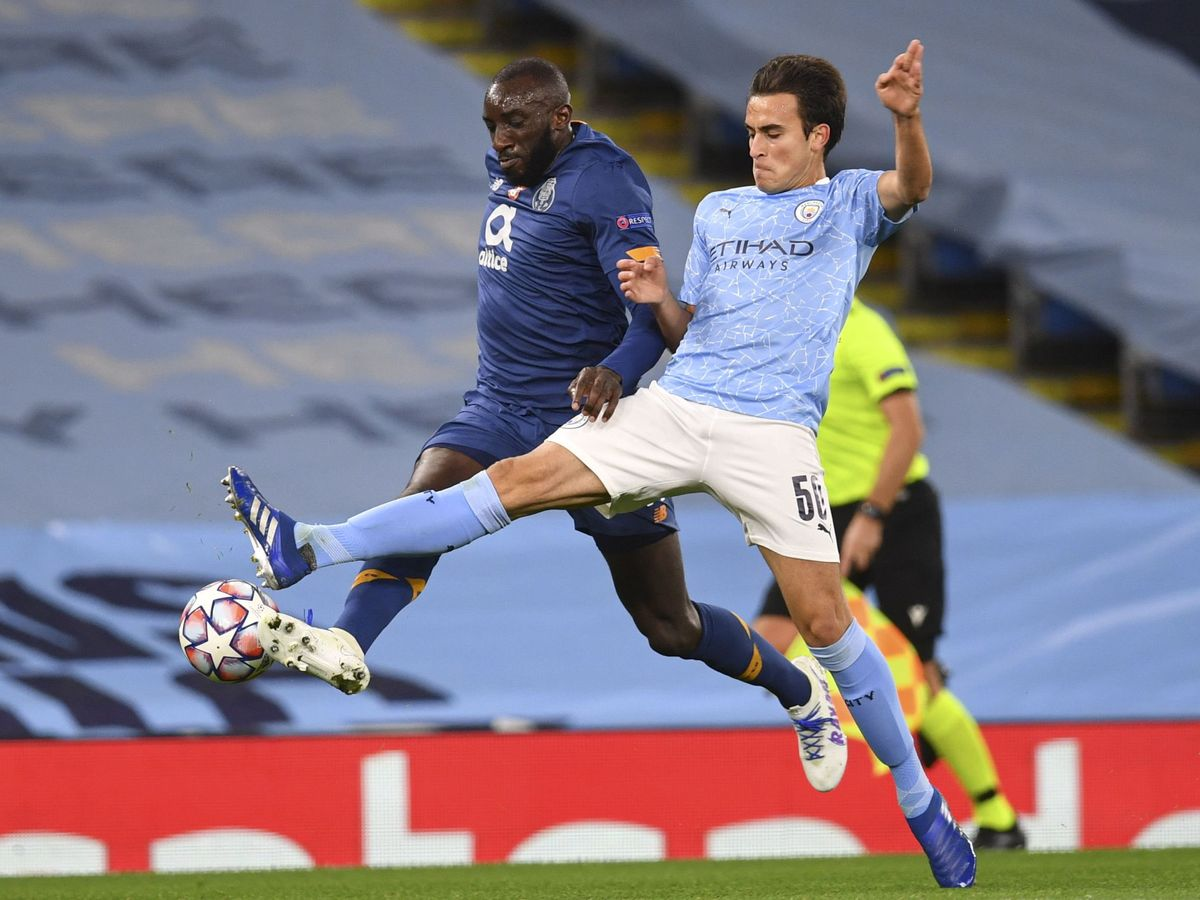Foto: Eric García recupera una pelota ante el Porto, en un partido de Champions League. (Reuters)