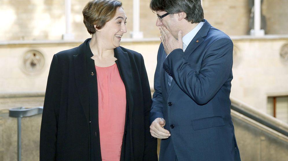 Foto: El presidente catalán, Carles Puigdemont, en la primera reunión institucional con la alcaldesa de Barcelona, Ada Colau. (EFE)