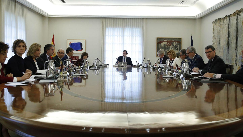 Mariano Rajoy (c), preside la reunión extraordinaria del Consejo de Ministros. (EFE)