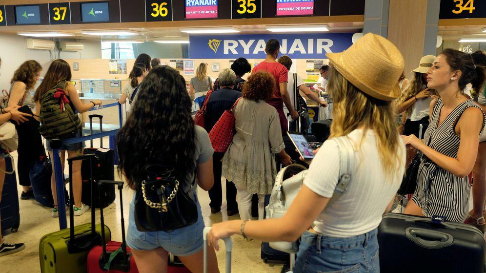 Foto: Pasajeros, ante un mostrador de Ryanair en el aeropuerto de Valencia. (Reuters)