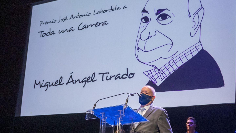 El cómico Miguel Ángel Tirado agradece la concesión del Premio José Antonio Labordeta. (EFE)