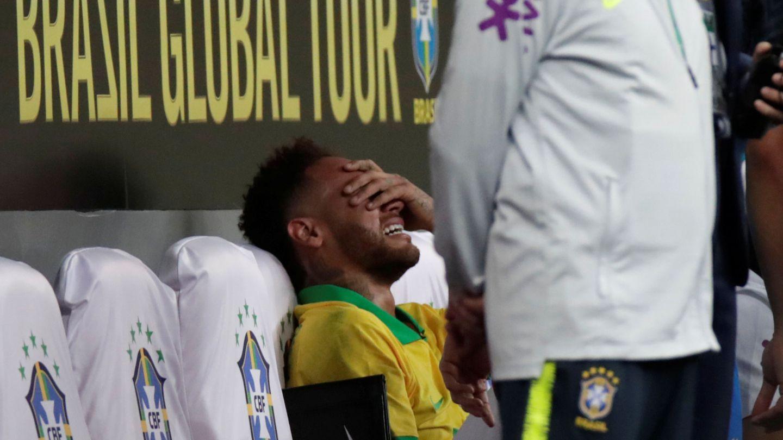 Neymar, entre lágrimas, en el banquillo tras sufrir una nueva lesión. (Efe)