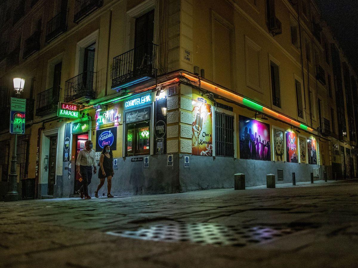 Foto: Vista de algunos bares y terrazas de copas, con escasa afluencia de personas. (EFE)