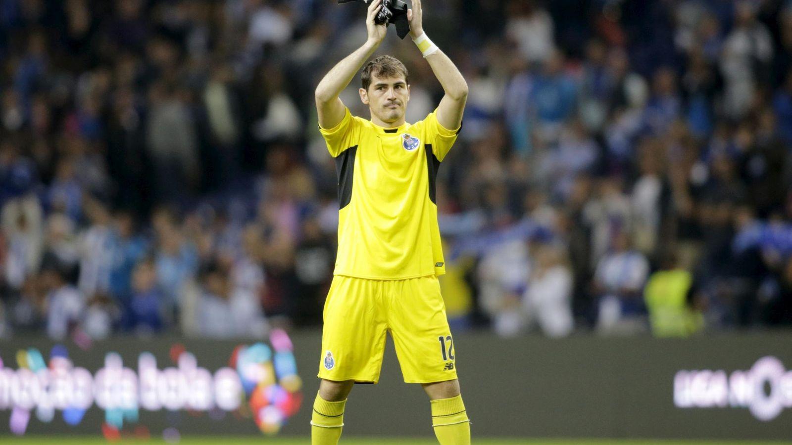 Foto: Iker Casillas saluda a la afición del Porto en su estreno en la liga portuguesa (Reuters)
