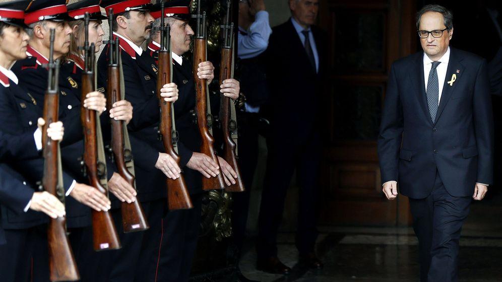 Foto: Quim Torra, presidente de la Generalitat, sale del Parlament ante los 'mossos' de gala el pasado 14 de mayo. (EFE)