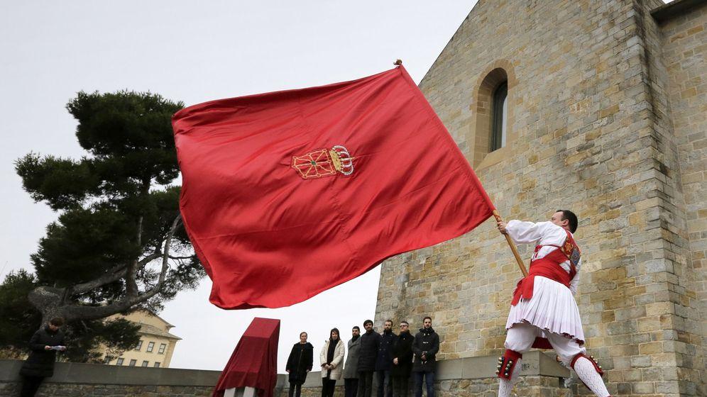 Foto: Un 'dantzari' ondea una bandera de Navarra en un acto institucional con presencia de Uxue Barkos. (EFE)