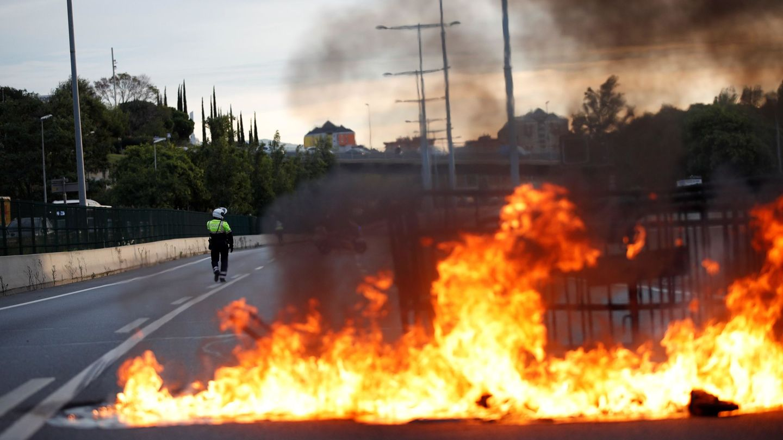 Barricadas en plena Ronda Dalt. (EFE)