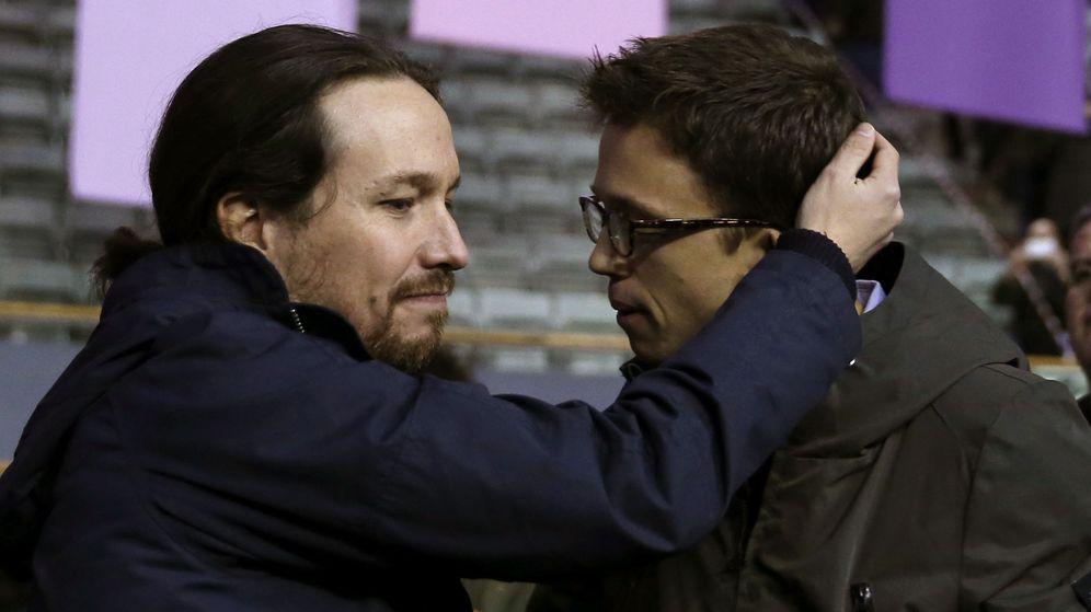 Foto: El secretario político de Podemos, Íñigo Errejón (d), y el secretario general, Pablo Iglesias (i), se abrazan durante primera jornada de la Asamblea Ciudadana Estatal de Vistalegre II. (EFE)