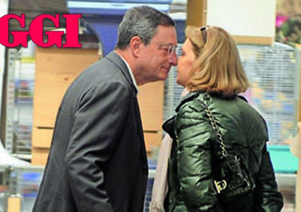 Foto: Mario Draghi y Maria Serenella, comprando comida para perros (Oggi)