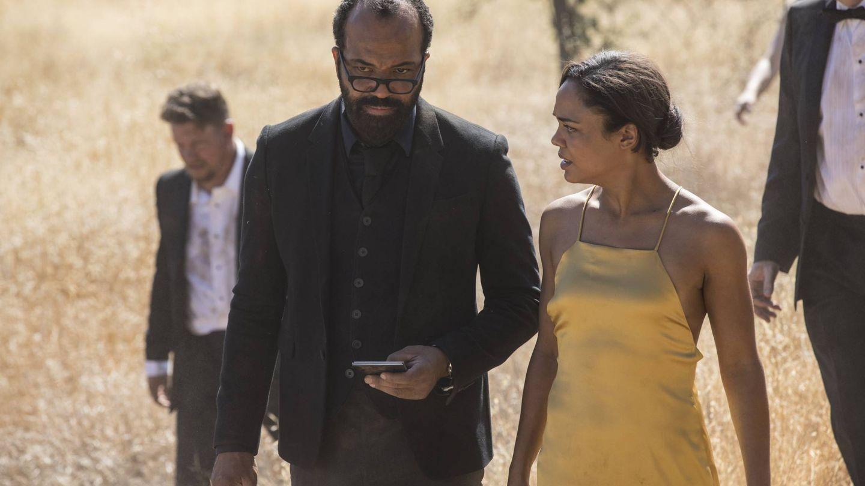 Charlotte acompañada por Bernard en una imagen del primer episodio de la segunda temporada. (HBO)