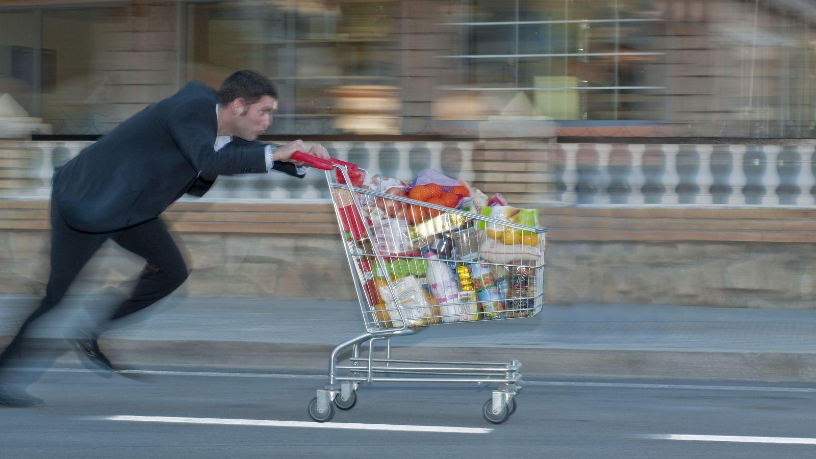 Foto: Cuando quieras darte cuenta... Llevas el carro hasta los topes y no tienes ni un euro. Toca huir. (Corbis)
