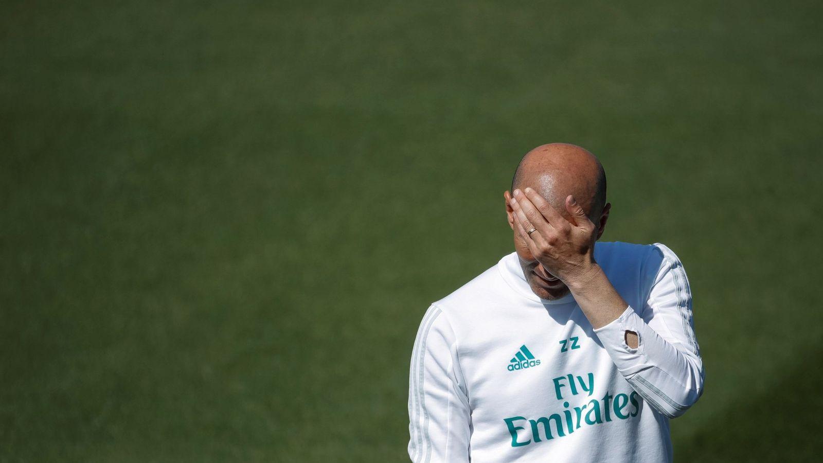 Foto: Zidane se tapa los ojos durante un entrenamiento del Real Madrid esta temporada. (EFE)
