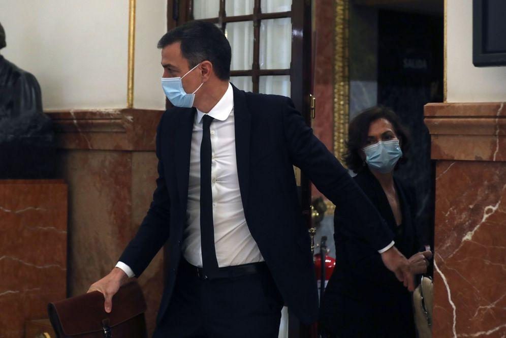 Foto: Pedro Sánchez y la vicepresidenta primera, Carmen Calvo, el pasado 3 de junio saliendo del hemiciclo del Congreso. (EFE)