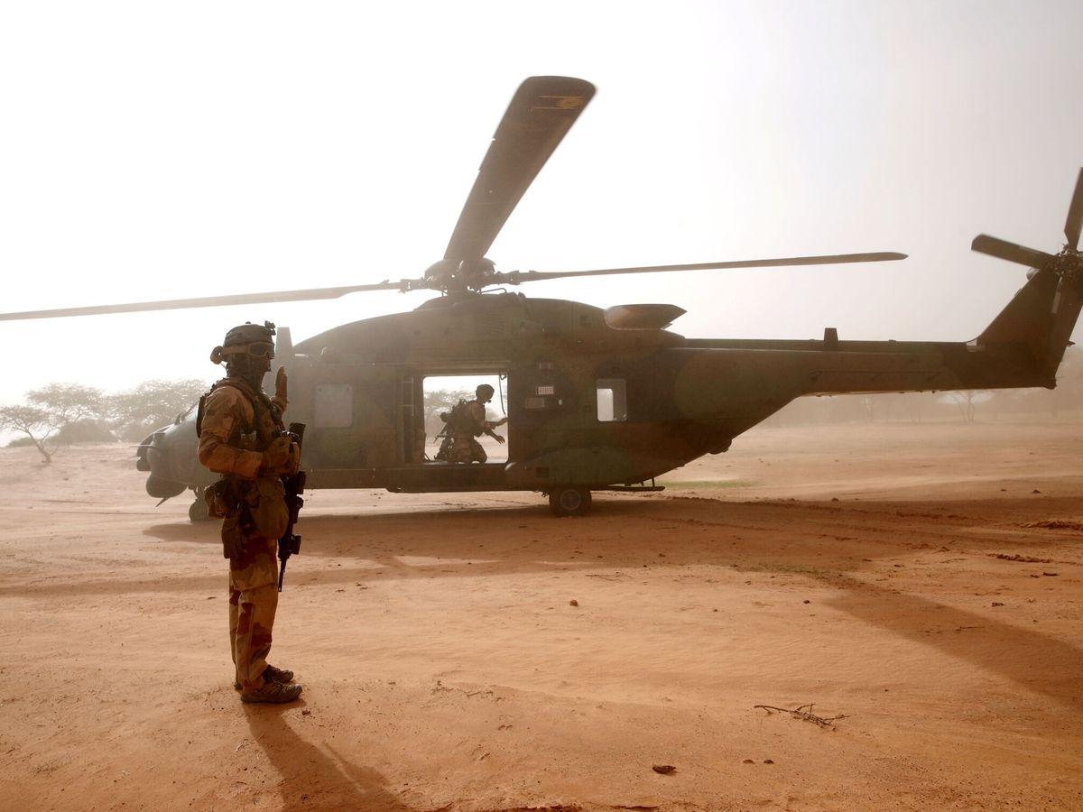 Foto: Un soldado francés espera frente a un helicóptero en Ndaki, Mali. (Reuters)